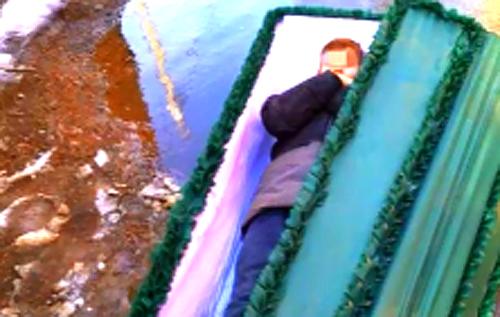 В России малолетка залез в гроб, чтобы напугать старушку. ВИДЕО