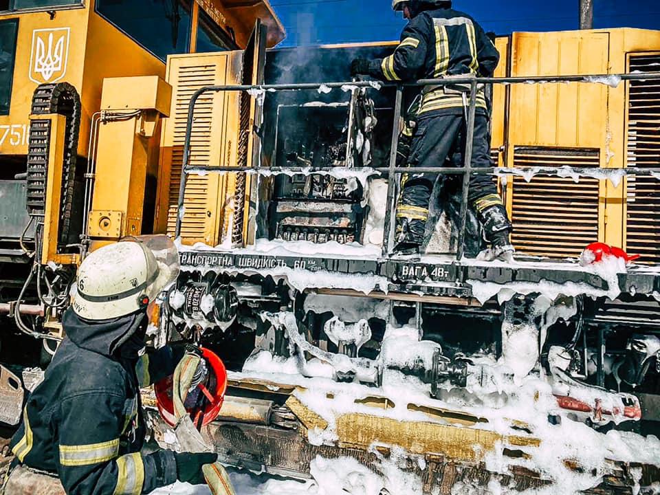 На залізниці у Києві згорів локомотив . ФОТО