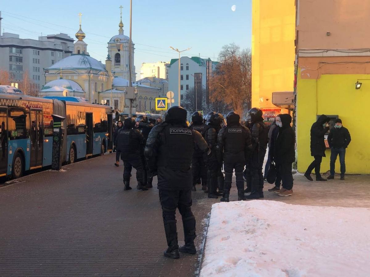В Москве сегодня пройдет суд над Навальным: под здание уже стянули автозаки и силовиков. ВИДЕО