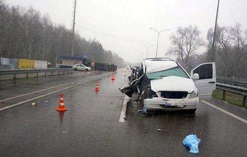 На трассе Киев – Харьков микроавтобус опрокинул грузовик: семь человек в больнице. ВИДЕО