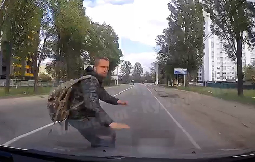 Под Киевом неадекватный пешеход бросился под колеса авто. ВИДЕО