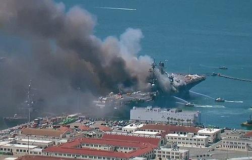 При пожаре на борту десантного корабля ВМС США пострадали моряки. ФОТО