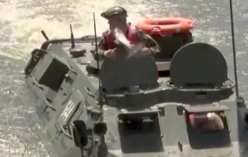В БТР министра обороны Молдовы запрыгнула огромная рыбина. ВИДЕО