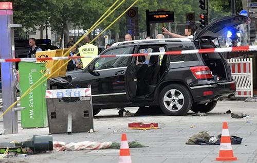 В Берлине автомобиль влетел в толпу: много пострадавших. ФОТО