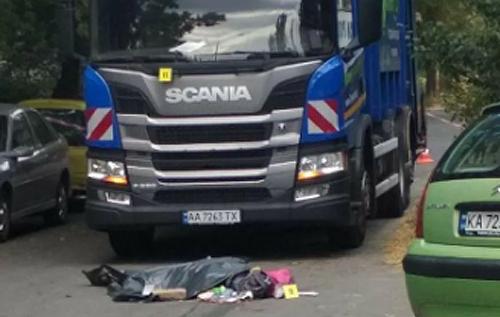 В Киеве пьяный водитель мусоровоза переехал мать с ребенком. ФОТО