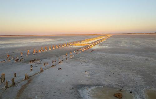 Осталась только соль: под Евпаторией пересохло живописное озеро