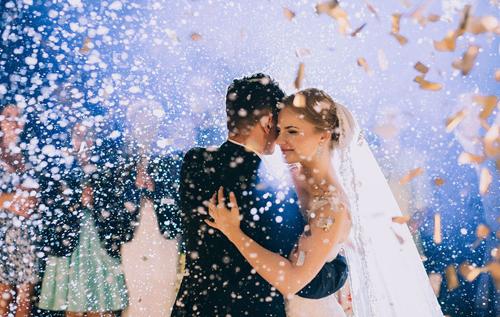 На Кипре запретили целоваться и танцевать на свадьбах