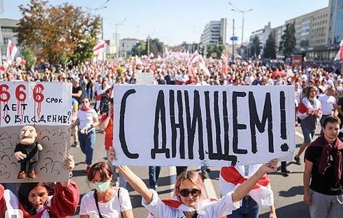 """""""С днищем!"""": белорусы поздравили Лукашенко кричалками """"С днем рождения, крыса!"""" и """"Чтоб ты сдох!"""" и принесли имениннику гроб. ФОТО. ВИДЕО"""