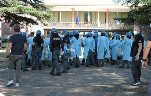 В Италии зараженные COVID-19 мигранты покусали врачей