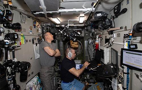 Утечка воздуха на МКС: щели в космическом корабле залепят пластилином