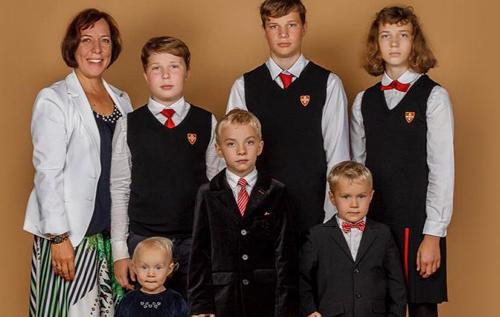 Министр образования Эстонии подала в отставку из-за скандала: она возила детей в школу и на кружки на служебной машине