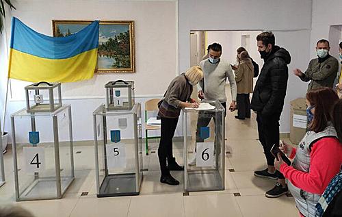 У Полтаві виборець відмовився знімати маску, побоюючись штрафів за новим законом. ВІДЕО