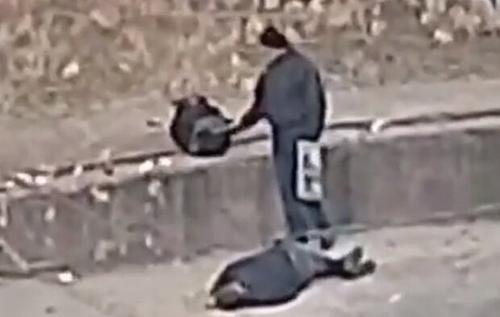 Нелюдськість зашкалює: на відео зняли, як в Києві пограбували чоловіка без свідомості