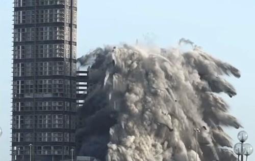 Взорвать за 10 секунд: в ОАЭ зрелищно снесли небоскреб и установили рекорд. ВИДЕО