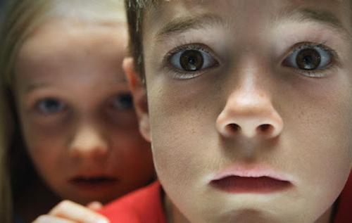 Психолог: Детям младших классов вчера рассказывали о Голодоморе. Сегодня одна из девочек начала жаловаться на боль в животе и спрашивать, хватит ли в семье еды... Травматерапевты могут рассказать, когда бывает такая реакция