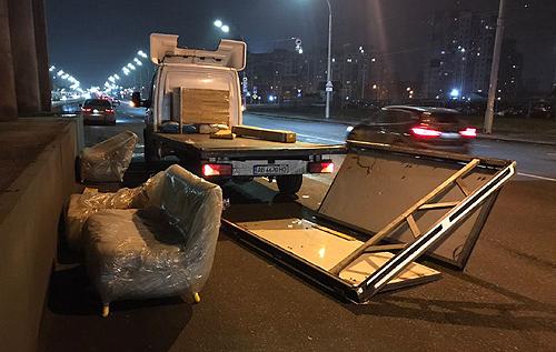 В Киеве грузовику сорвало крышу контактной сетью. ВИДЕО