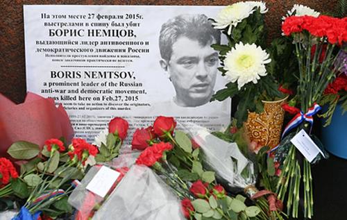 Послы США, Великобритании и Латвии принесли цветы к месту убийства Бориса Немцова