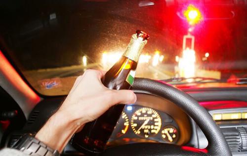 В Запорожье пьяная дама за рулем таранила машины и крушила ситилайты. ВИДЕО