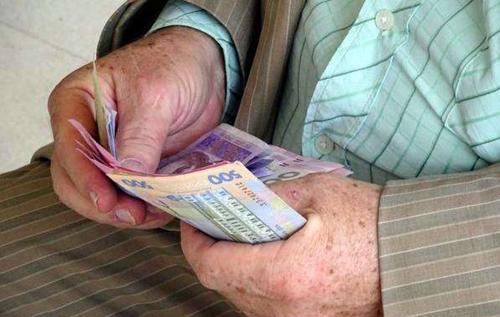Пенсії в Україні зменшаться удвічі