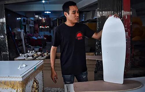 Гробовщик из Таиланда на радость детям превращает гробы в скейтборды. ФОТО