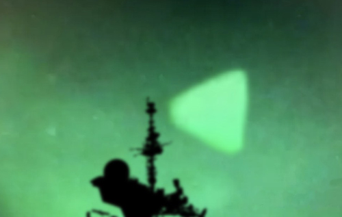 НЛО возле американского ракетного эсминца сняли на видео