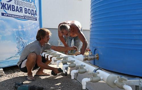 В Алуште сократили подачу питьевой воды до пяти часов в день ради туристов