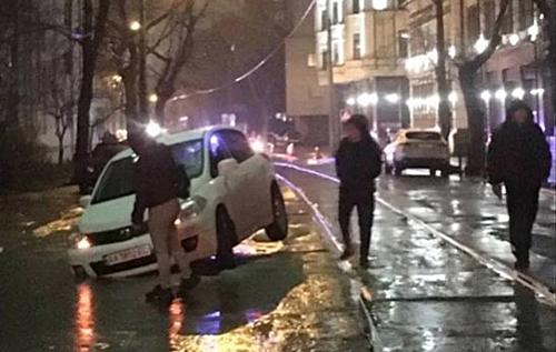 У Києві через прорив труби легковики провалилися під асфальт