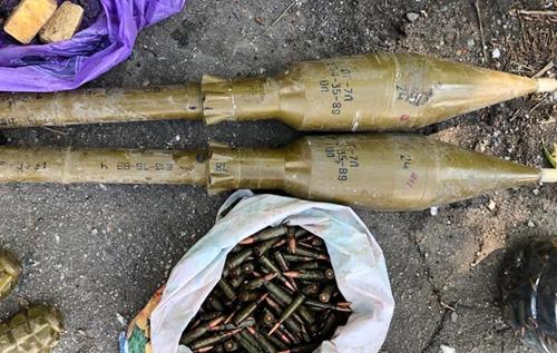 На Донбасі виявили замаскований тайник із боєприпасами. ВІДЕО