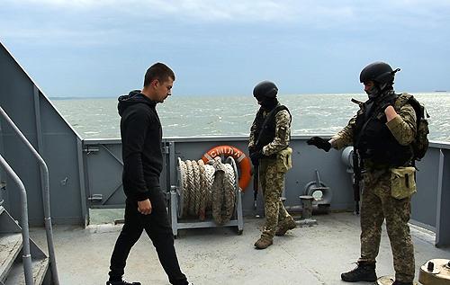 """У Чорному морі під час військових навчаннь спецпризначенці ВМС успішно """"захопили"""" судно противника"""