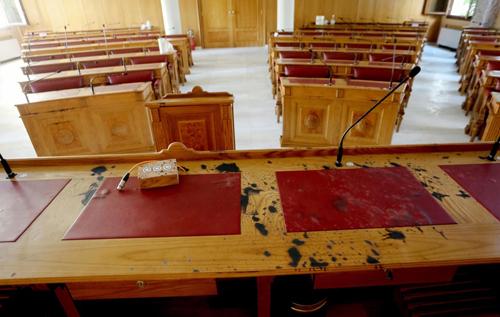 В Афинах священник, обвиняемый в хранении кокаина, облил кислотой десять человек во время суда