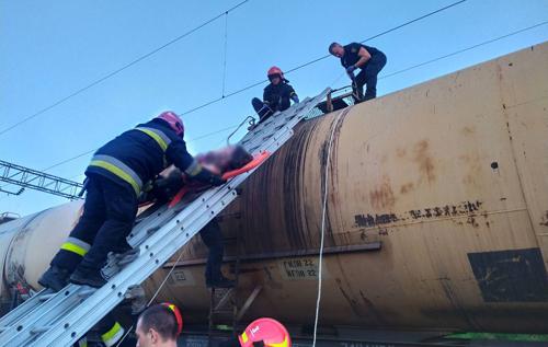 У Львові дівчина отримала удар струмом, намагаючись зробити селфі на цистерні товарного поїзда. ВIДЕО