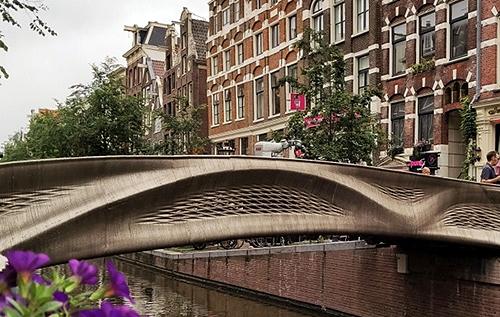 В Нидерландах открыли стальной мост, напечатанный на 3D-принтере. ВИДЕО