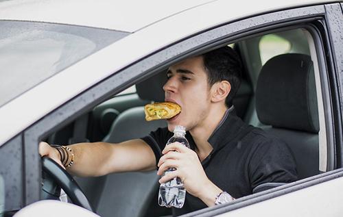 """Запрет на черные машины, перекусы за рулем и вождение в халате: автомобильные """"нельзя"""" из разных стран мира"""