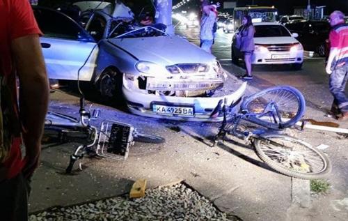 В Киеве водитель сбил велосипедистов и врезался в столб. ВИДЕО