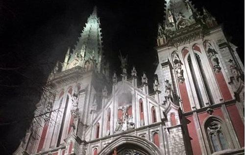 В центрі Києва горів костел Святого Миколая, вогонь пошкодив орган у соборі. ВІДЕО