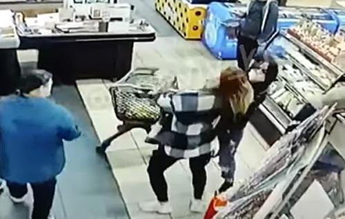 Таскали друг друга за волосы: в киевском супермаркете девушки устроили драку возле кассы. ВИДЕО