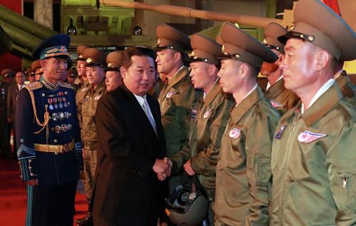 В КНДР военные показали лидеру страны умение пробивать головой бетон. ВИДЕО