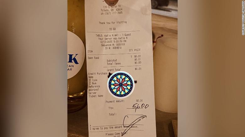 У США відвідувач ресторану залишив $5600 чайових. Він хотів, щоб усі працівники могли подарувати своїм дітям свято
