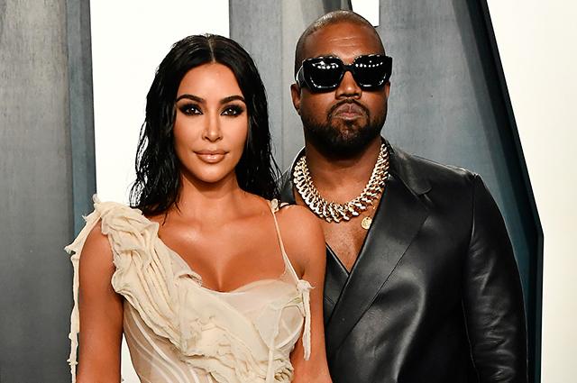 Ким Кардашьян явилась на концерт Канье Уэста в свадебном платье. ВИДЕО