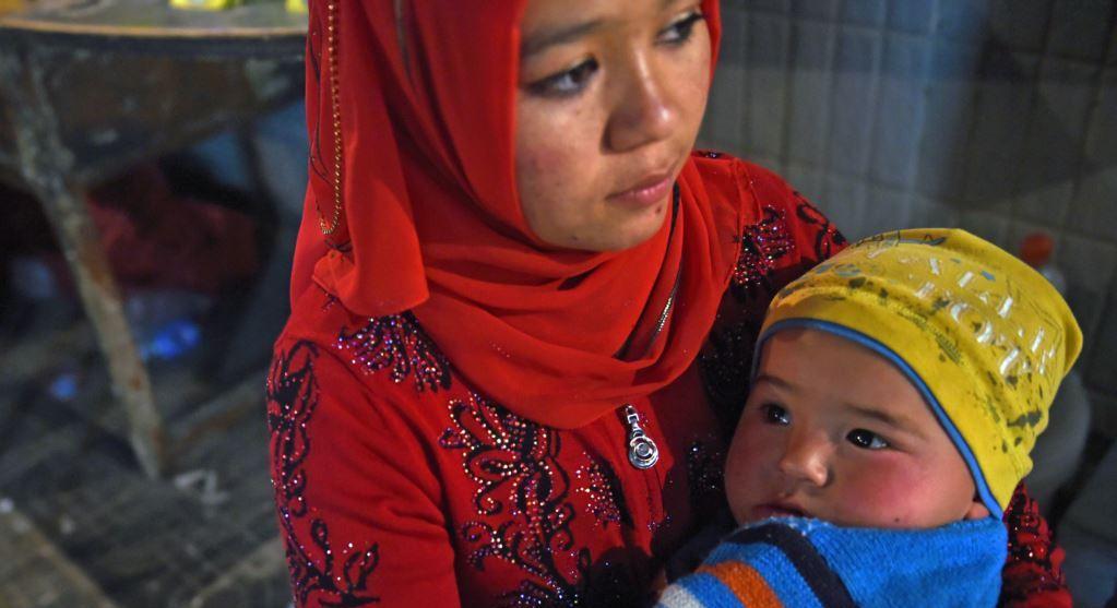 Женщина-уйгурка с ребёнком