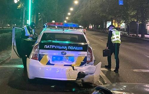 У Києві п'яний водій влетів у поліцейське авто і травмував патрульних
