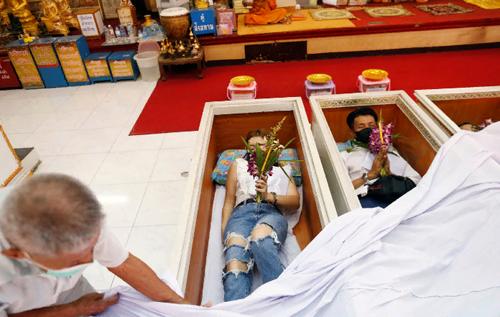 В Таиланде для борьбы со стрессом местные жители живыми ложатся в гроб