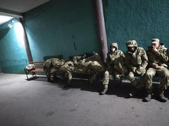 Не ждали: в Черкассах новобранцев оставили ночевать на улице. ФОТО