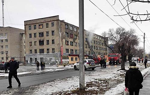 Пожарные снимают людей с окон: под Днепром горит пятиэтажное общежитие. ВИДЕО