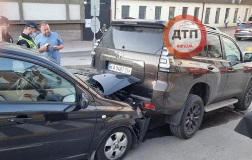 """В центре Киева четыре автомобиля образовали """"паровозик"""". ФОТО"""