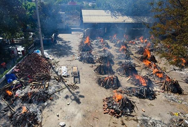 BBC: Умерших от коронавируса в Индии сжигают прямо на улицах