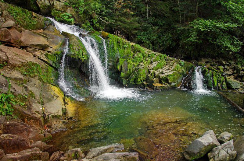 Важливе про трагедію на водоспаді в Карпатах й те, хто (не) винен