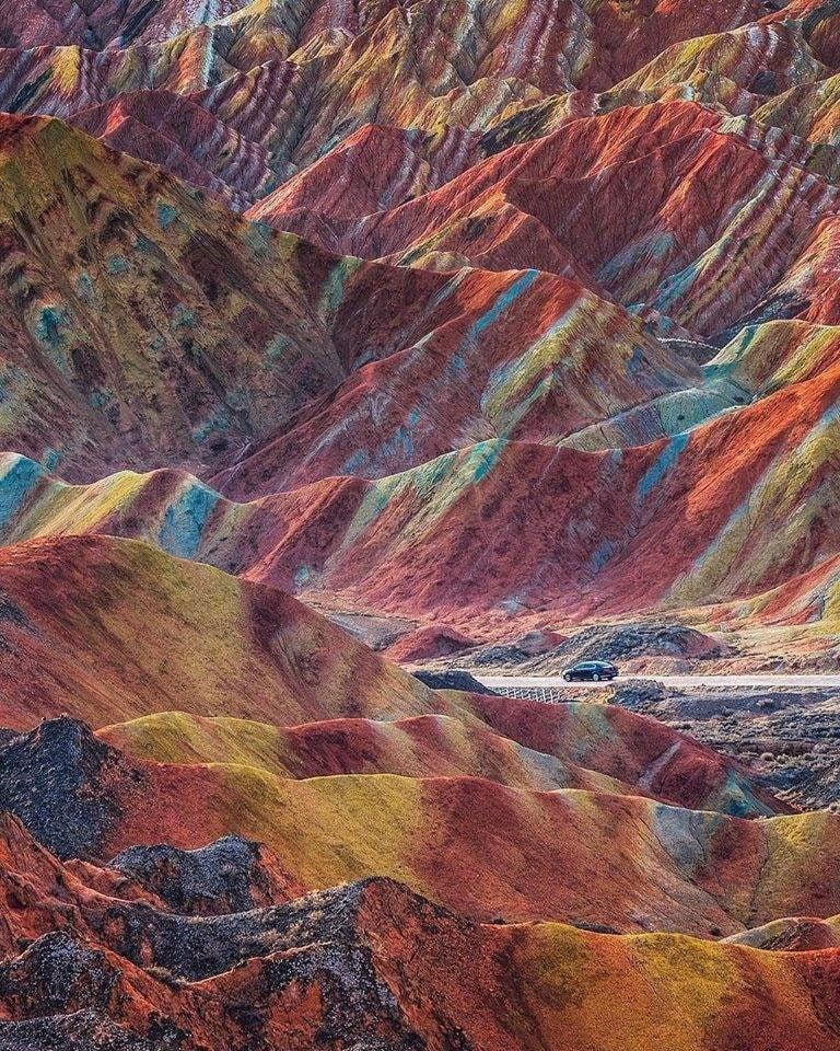 Яркие пейзажи цветных гор Китая. Фото