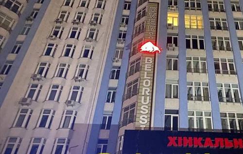 У Києві чоловік, який випав з восьмого поверху, кидався в поліцію камінням