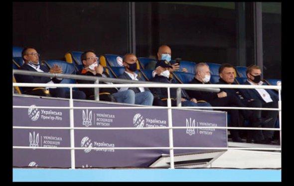 """Простим громадянам – ні, нардепам – так. """"Слуги"""" з ОПЗЖ і Кравчуком повсідалися на стадіоні дивитися футбол"""
